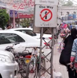 Sokaklar Bizimdir: Karaçi'de Kesişen İki Hayat